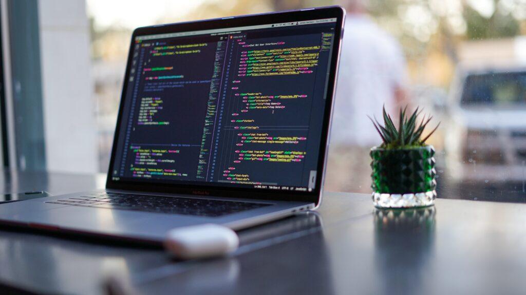 プログラミングの画面を開いているMAC