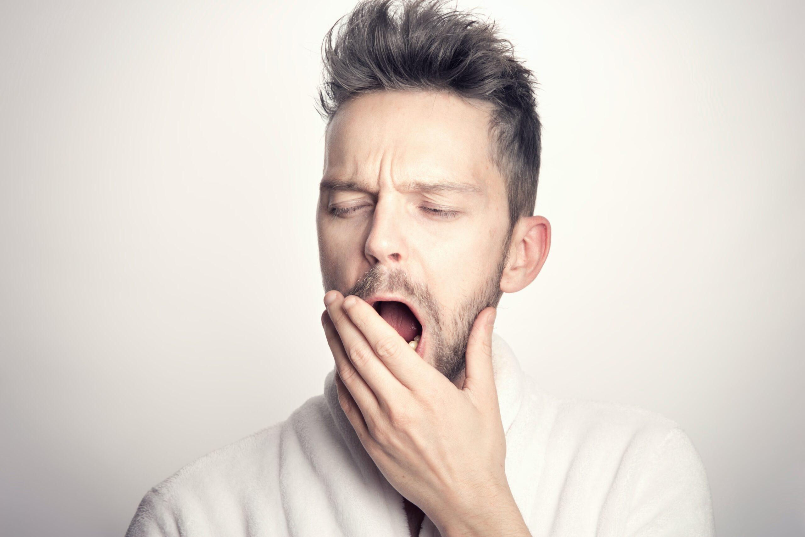 あくびをしている男の人