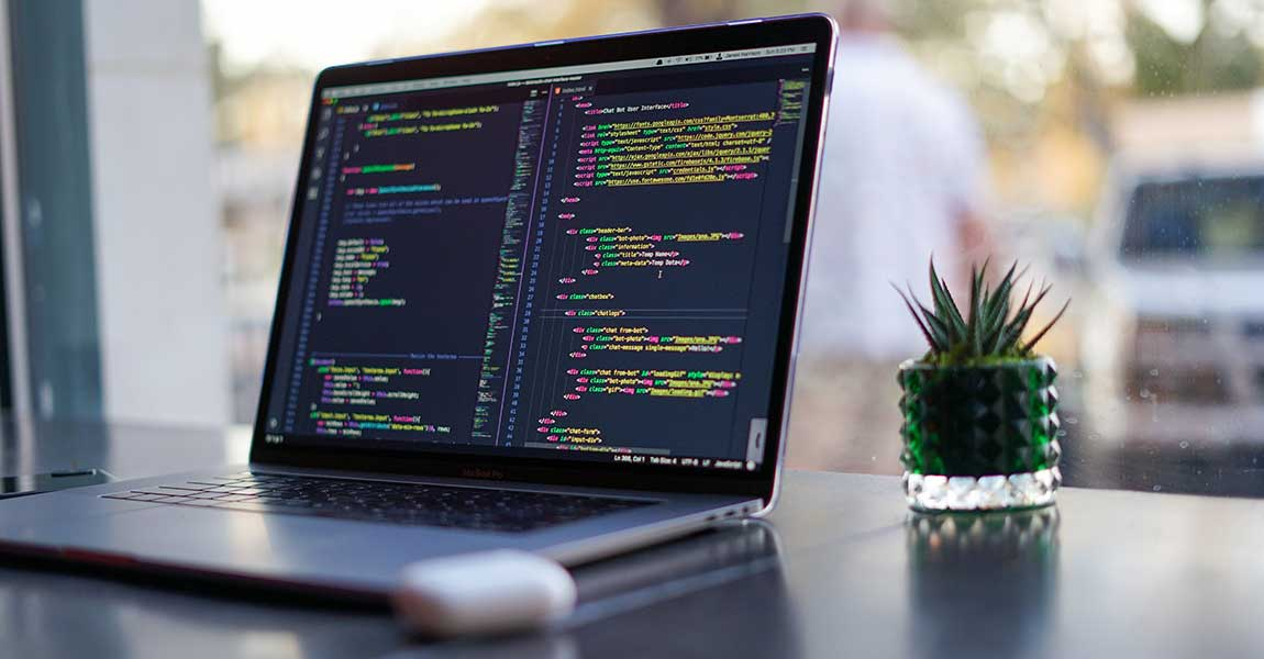 プログラミングしているパソコン